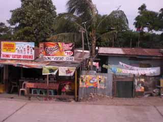 サリサリストア(駄菓子や飲物を売る店)