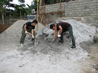 力強くスコップで砂を積む作業に励む