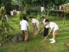 小学生が手作りほうきで構内を掃除