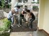 重いコンクリートを持ち上げ転圧作業