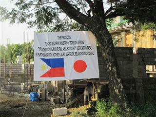 建設現場に張られた日本ODA資金建設の表示